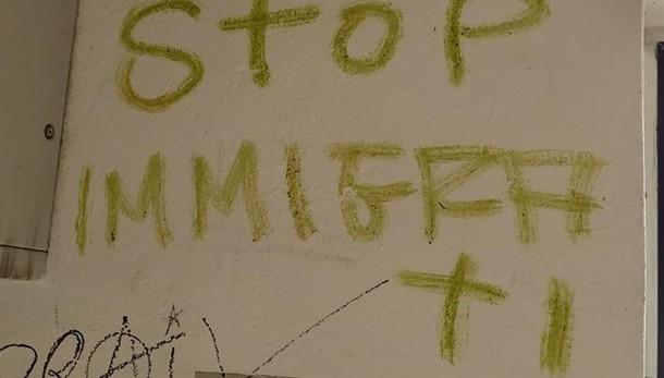 Vandali scatenati, scritte in stazione  «Una provocazione, domani le cancelliamo»