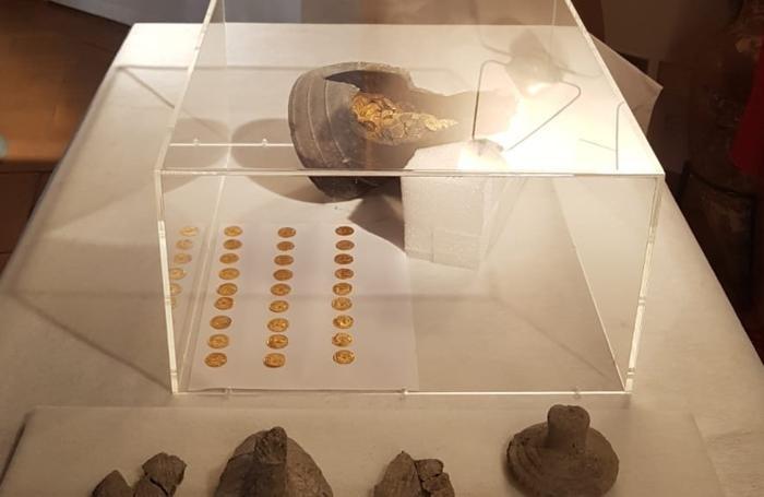 La conferenza stampa della Sorpintendenza lombarda per il ritrovamento delle monete d'oro di epoca romana a Como