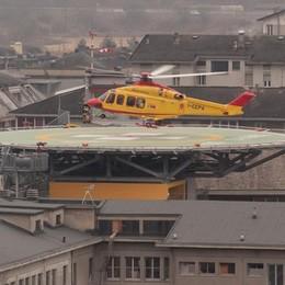 Vola a terra mentre insegue un sospettato: agente ferito