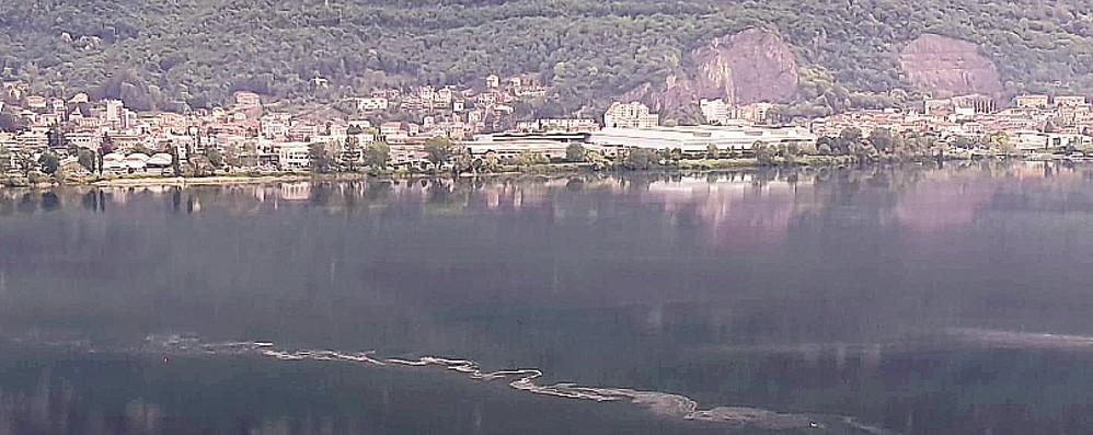 Ancora uno sversamento nel lago  «Basta,  ora un dossier per la Procura»