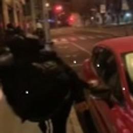 Vandalismi filmati a Sondrio, solamente un ragazzo ha danneggiato le auto