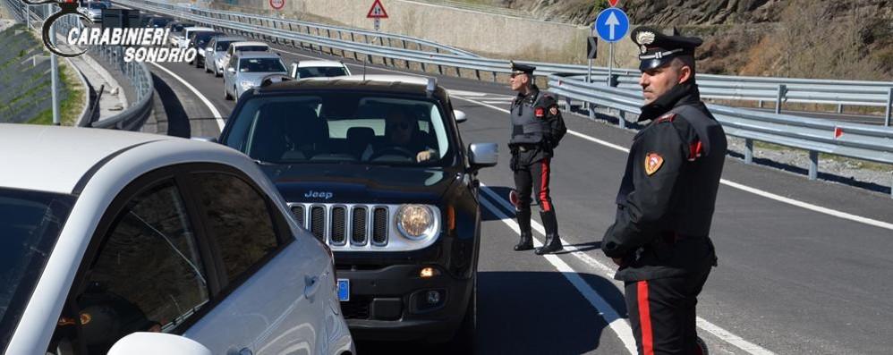 Gli ritirano la patente  Va in caserma con la pistola  e la punta sui carabinieri: arrestato
