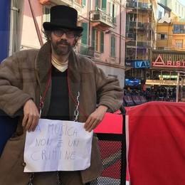 Incatenato a Sanremo:  la protesta di Marco Fusi