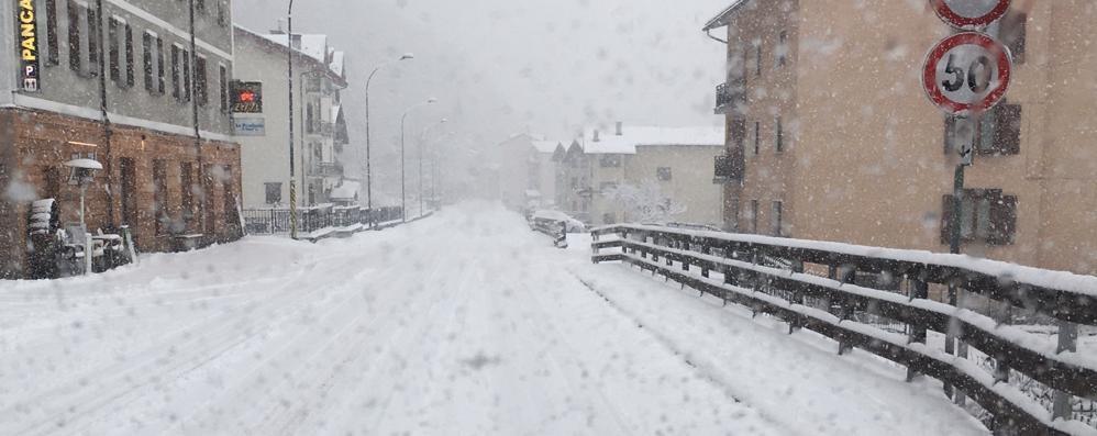 La neve di nuovo dopo due mesi  Allarme per il rischio valanghe