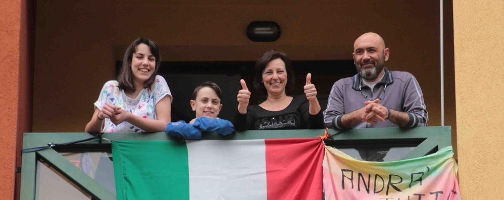 """La cerimonia in piazza e tanti sul balcone a cantare """"Bella ciao"""""""