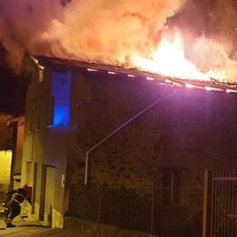 Lovero, tetto in fiamme  Cinque ore per spegnere il rogo