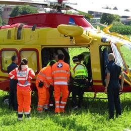 Operaio folgorato: è grave  Montava reti contro le cimici