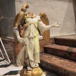 Vandalo nella collegiata  Tenta di sfondare la teca  e danneggia varie statue