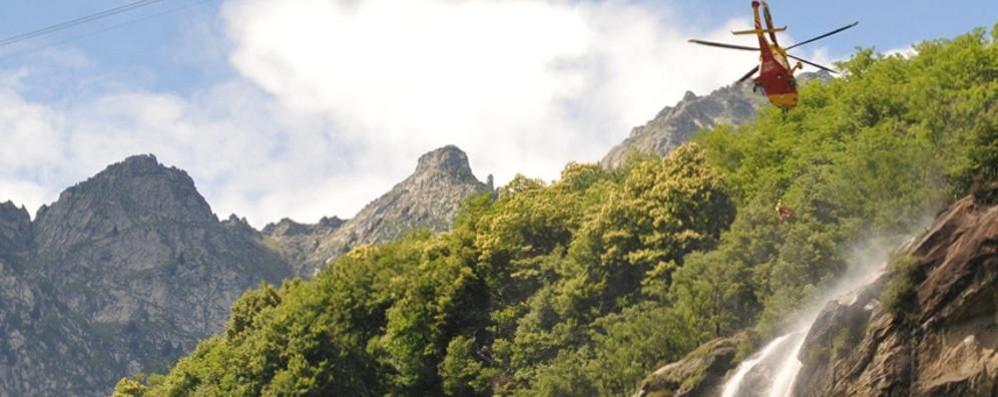 Cade alle cascate dell'Acqua Fraggia  Donna soccorsa con l'elicottero