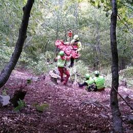 In cerca di funghi    scivola per 50 metri  Soccorso in elicottero