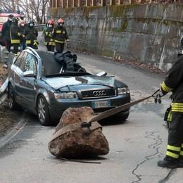 Cade un masso  sul tetto dell'auto  Muore sul colpo
