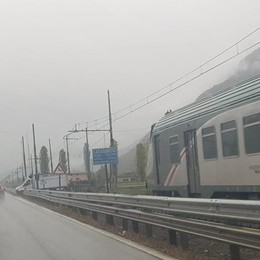 Le sbarre non si abbassano  Arriva il treno, e si ferma in tempo