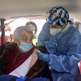 È andata a vaccinarsi a 101 anni  «A casa non arrivavano mai...»