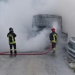 Autobus di linea  in fiamme in Valmalenco  Paura ma nessun ferito