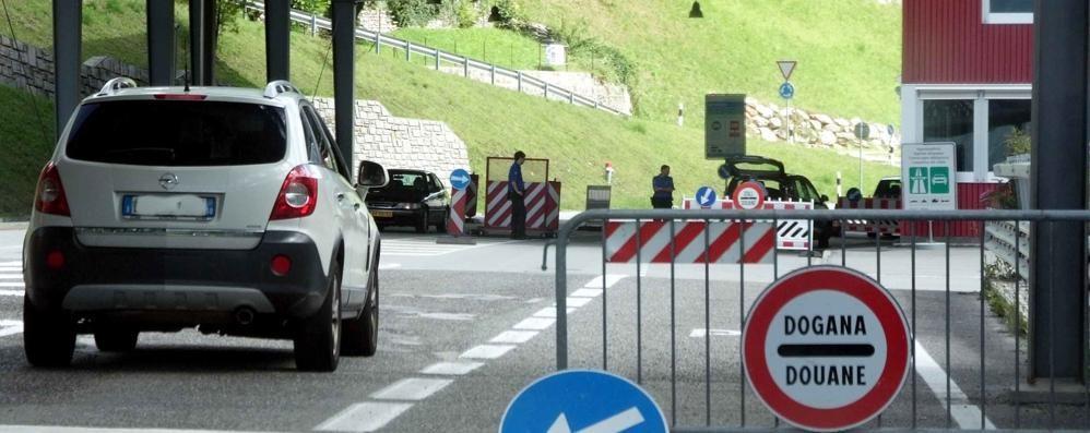 """Controlli stradali in Italia e Svizzera  Le Polizie """"setacciano"""" la Bregaglia"""