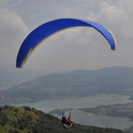In difficoltà con il parapendio  Brutto atterraggio, ma è salvo
