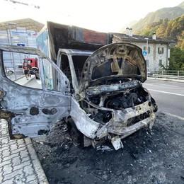 Fermo a un semaforo  il furgone prende fuoco  Paura sulla statale 37