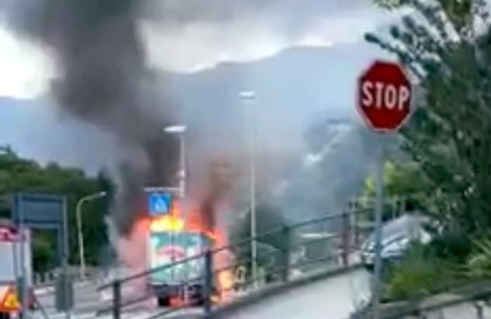 CHIAVENNA furgone carnini prende fuoco in strada a campedello