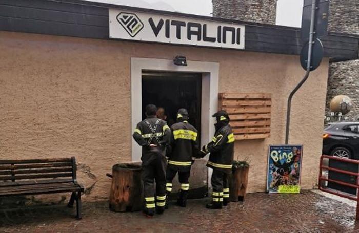 i vigili del fuoco all'opera nel negozio allagato