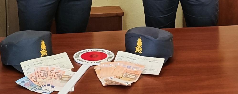 Al valico non dichiara 25mila euro  Soldi sequestrati dalla Finanza