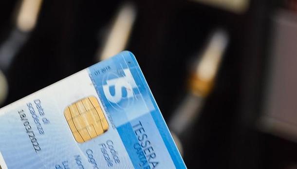 Benzina, prezzi alle stelle  Da metà novembre  tornerà la carta sconto