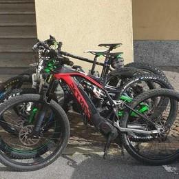 Ruba bici elettriche  ma viene scoperto   Botte al proprietario